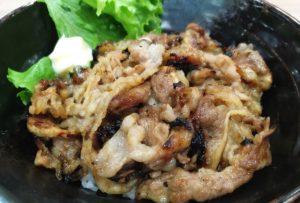 【肉のヤマキ商店@イオンモール高岡】スライスしたての新鮮なお肉を炭火で香ばしく焼きあげたカルビ丼...